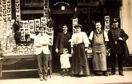 Family by Store Real Photo France